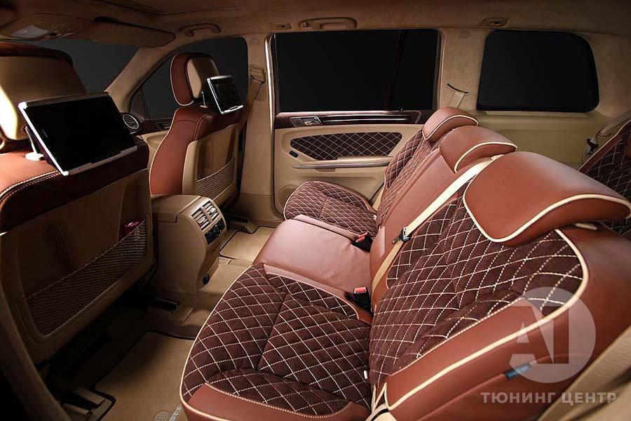 Комфортабельный диван в автомобиле