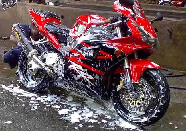 Деликатная контактная мойка мотоциклов