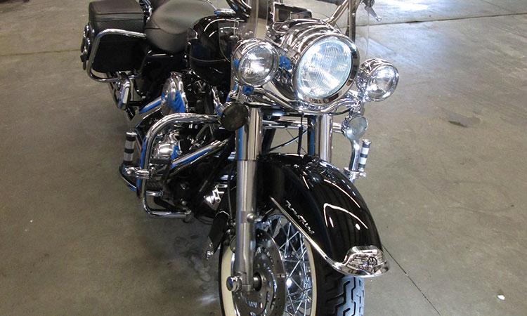 Полировка фар мотоцикла. Фото
