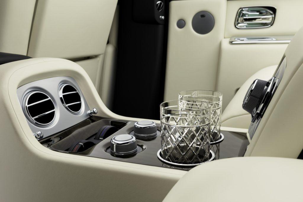 Консоли между креслами в авто